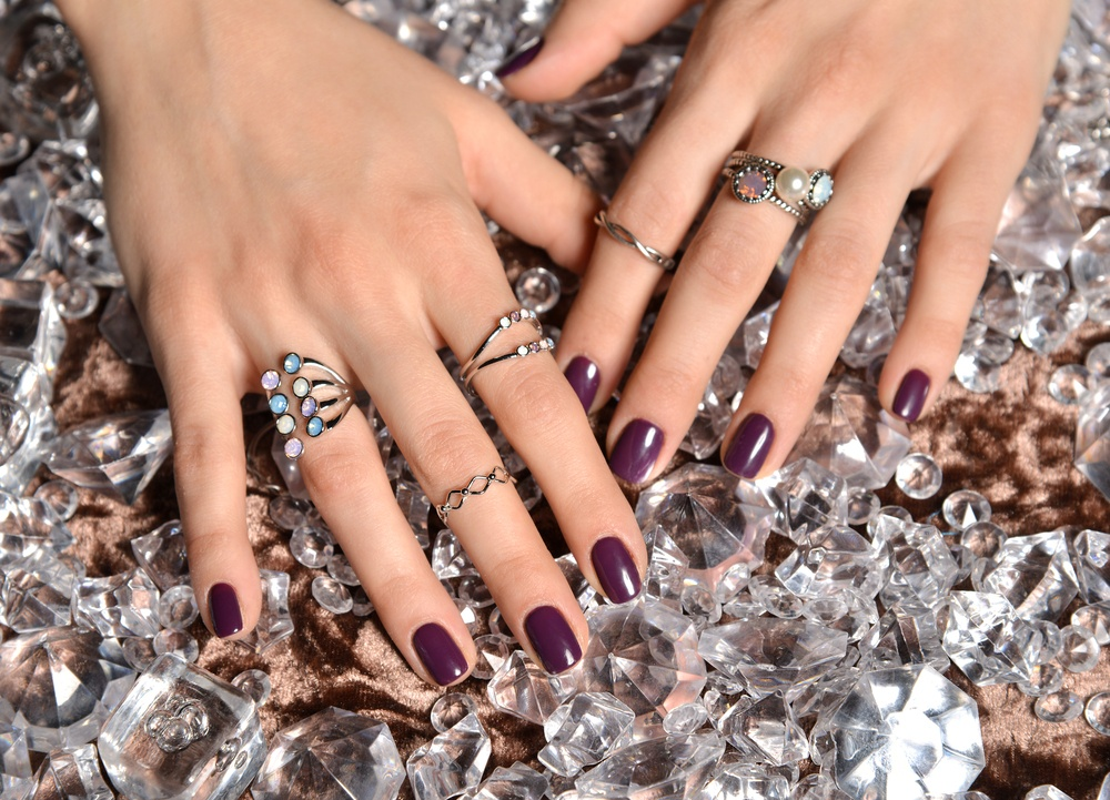 Celebrity jewelry trends include multiple rings in hands